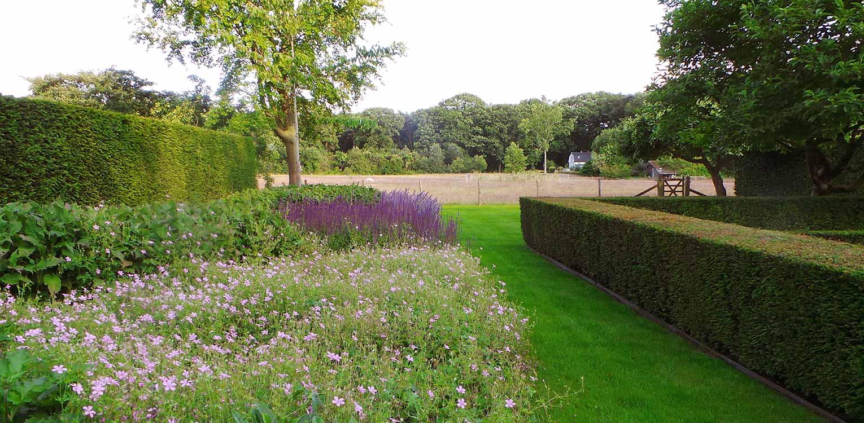 border bij boerderijtuin Gorssel. De tuin valt op door zijn sterke concept, eenvoudige vormentaal en mooie verbinding met het bestaande landschap - Denkers in Tuinen.