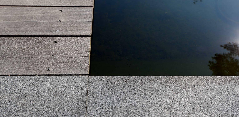 detaillering verharding bij vijver bostuin in Ermelo. De op de kavel aanwezige bossfeer is centraal gesteld in het ontwerp met het zwembad als stijlvol vormgegeven onderdeel Denkers in Tuinen