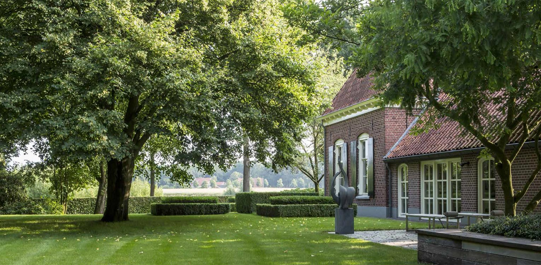 naast het vrijzetten van mooie solitaire bomen vroeg boerderijtuin Eibergen m.n. om nieuwe structuur door het opstellen van een totaalplan met veel nieuwe zichtlijnen en verbindingen met buitengebied - Denkers in Tuinen.