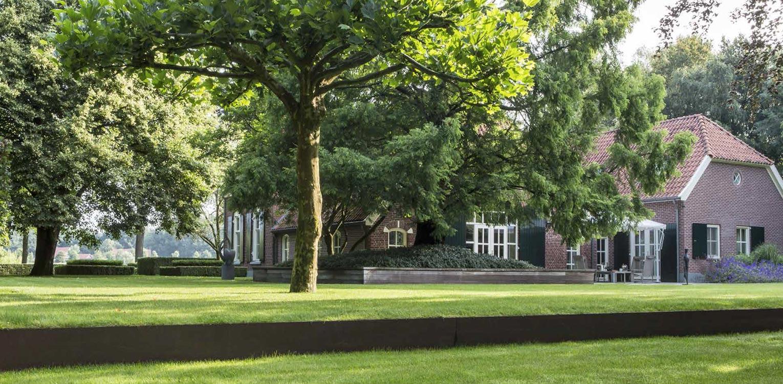 naast het uitvlakken van aanwezige hoogteverschillen door cortenstalen rand vroeg boerderijtuin Eibergen m.n. om nieuwe structuur door het opstellen van een totaalplan met veel nieuwe zichtlijnen en verbindingen - Denkers in Tuinen.