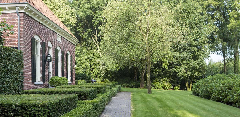 naast contrast tussen cultuurlijk een natuurlijke vormen vroeg boerderijtuin Eibergen m.n. om nieuwe structuur door het opstellen van een totaalplan met veel nieuwe zichtlijnen en verbindingen - Denkers in Tuinen.
