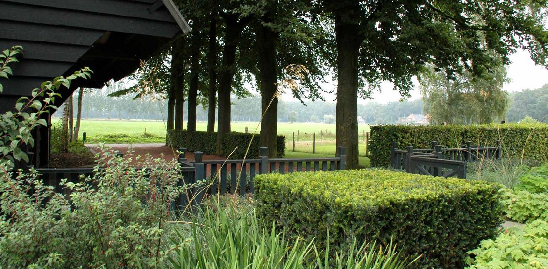 blokhagen taxus en beuk boerderijtuin Gorssel. De tuin valt op door zijn sterke concept, eenvoudige vormentaal en mooie verbinding met het bestaande landschap - Denkers in Tuinen.