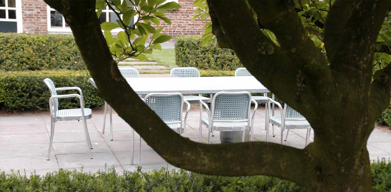 met getrapte taxus blokhaag omzoomd verdiept terras boerderijtuin Gorssel. De tuin valt op door zijn sterke concept, eenvoudige vormentaal en mooie verbinding met het bestaande landschap - Denkers in Tuinen.