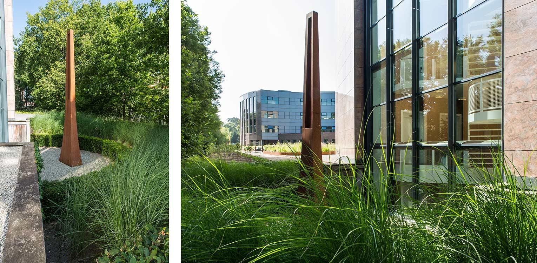 kunst Frans Polman daktuin Hilversum. Kijk- en gebruikstuin met een groot houten terras dat geheel door massaal toegepaste prairiebeplanting is omgeven Denkers in Tuinen.