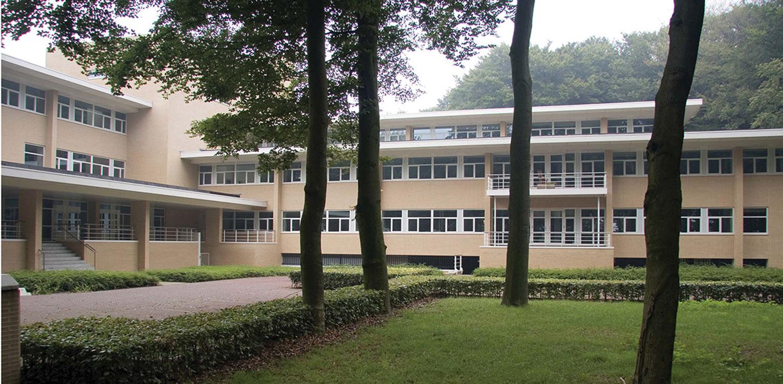 bedrijfstuin Horapark Ede met de gelaagdheid van de 'Hilversumse school' – strak geschoren blokhagen versus oude grillige bomen en vliegdennen Denkers in Tuinen.