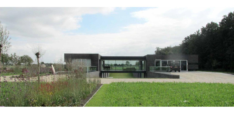 Moderne villatuin met stroken prairiebeplanting. Essentieel voor het ontwerp van deze tuin is de lengtebeleving. Het graslandschap wordt zelfs letterlijk onder het huis doorgetrokken!