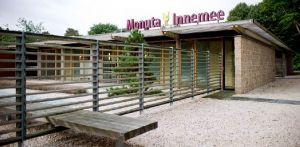 zentuin Monuta Innemee Den Haag. Minimalistisch bezoekerscentrum. Het opent zich waar het kan, en sluit zich weer als privacy gewenst is - Denkers in Tuinen.