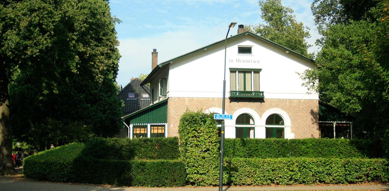 villatuin de Hermitage Apeldoorn. Met gelaagde hagen is een passend geheel gecreëerd dat recht doet aan de rijke geschiedenis van dit pand Denkers in Tuinen