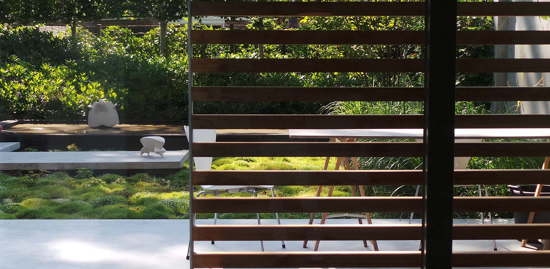 patiotuin Diepenveen. Het in de woning toegepaste beton is consequent in de buitenruimte doorgetrokken - mede als podium voor kunst - Denkers in Tuinen