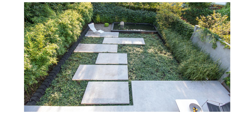 In situ beton patiotuin Diepenveen. Het in de woning toegepaste beton is consequent in de buitenruimte doorgetrokken - mede als podium voor kunst - Denkers in Tuinen