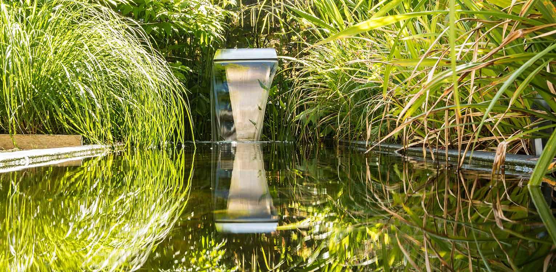 waterelement stadstuin leiden aan de rand van een voormalig park met kleurrijke borders en waar de veranda als centrale ontmoetingsplek ontworpen is - denkers in tuinen