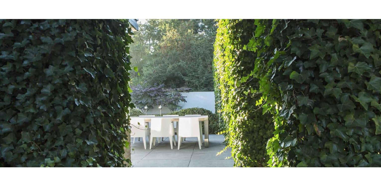 doorzicht villatuin Naarden. In het strakke en moderne tuinontwerp zijn enkele niet alledaagse grote 'spannende' lijnen en elementen opgenomen - Denkers in tuinen.
