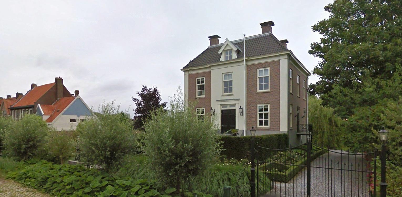 groene entree landschappelijke tuin Sloten waar de sfeer van het achterliggend natuurpark tot ver in de tuin voelbaar is naast veel bloemrijke borders - architect Friso Woudstra Denkers in Tuinen.