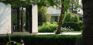 villatuin Apeldoorn waar grote vlonderterrassen en in de vlonders geprojecteerde bomen op de grens van het Matenpark de sfeer bepalen Denkers in Tuinen