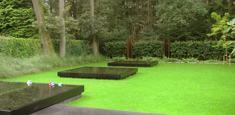 stadstuin Zeist waar minimalisme uitgangspunt is voor het tuinontwerp. Gevlinderd beton, strakke waterbakken en groene vlakken ronden af Denkers in Tuinen.