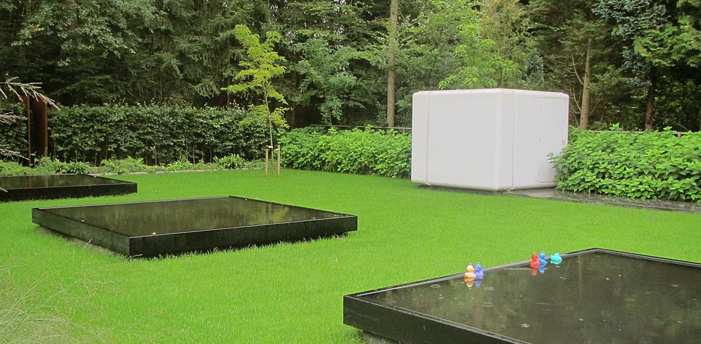 stadstuin Zeist waar minimalisme uitgangspunt is voor het tuinontwerp. Gevlinderd beton, strakke waterbakken, groene vlakkenen een polyester kubus berging ronden af Denkers in Tuinen.