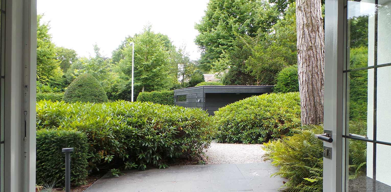 rhododendrons entreezijde villatuin Aerdenhout waar de tuin in gelijke (bos)sfeer met de strakke renovatie van de woning is getrokken- Denkers in Tuinen