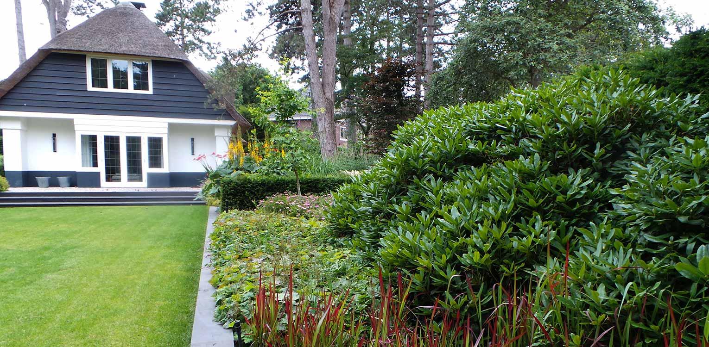 border villatuin Aerdenhout waar de tuin in gelijke (bos)sfeer met de strakke renovatie van de woning is getrokken- Denkers in Tuinen