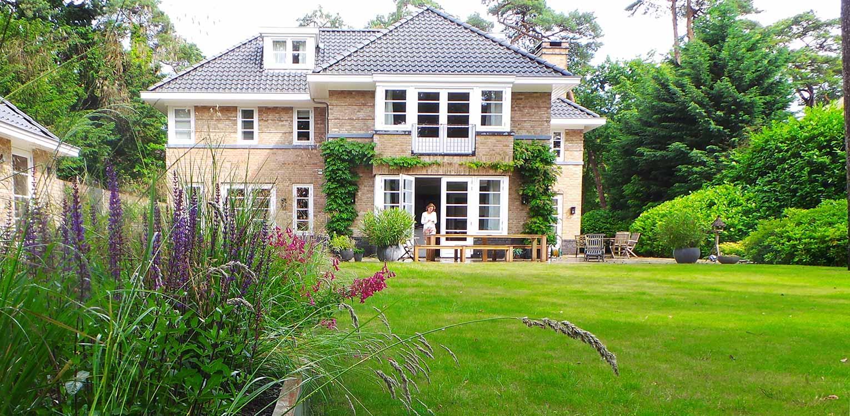 prairieborder villatuin Bilthoven - door gericht gebruik van laurier 'blobs' wordt op een boskavel een overgangsgebied tussen openbaar en privé gecreëerd - Denkers inTuinen