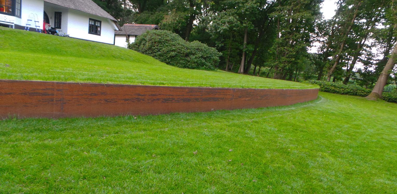 keerwand cortenstaal bij villatuin Holten. De doorMaas architecten nieuw aangebrachte openheid is 1 op 1 in het tuinontwerp doorgetrokken - Denkers in Tuinen.