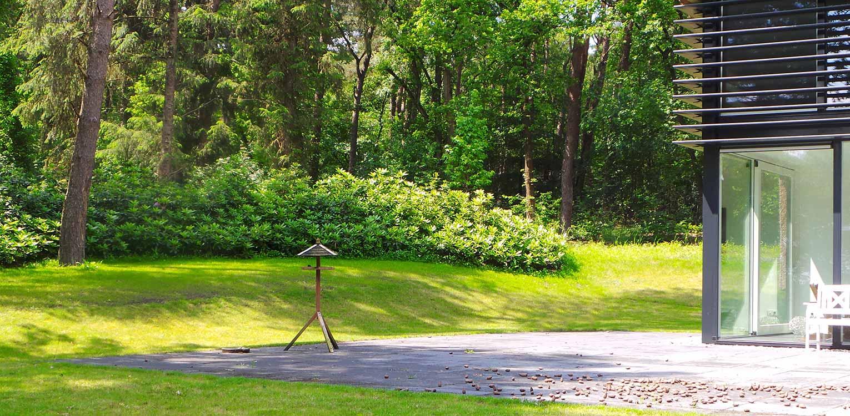 rhododendron groepen villatuin Holten. De doorMaas architecten nieuw aangebrachte openheid is 1 op 1 in het tuinontwerp doorgetrokken - Denkers in Tuinen.