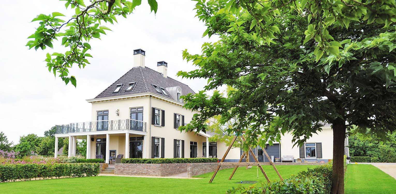 prairietuin Loo. Op de overgang naar het buitengebied is een grote prairietuin rondom deze nieuw ontworpen klassieke villa gerealiseerd - Denkers in Tuinen.